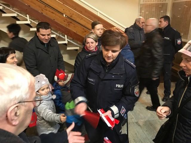 Policjanci rozdali odblaski w Aleksandrowicach